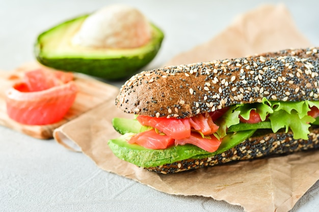 Sanduíche com abacate e salmão
