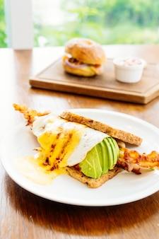 Sanduíche, com, abacate, toucinho, e, espargos