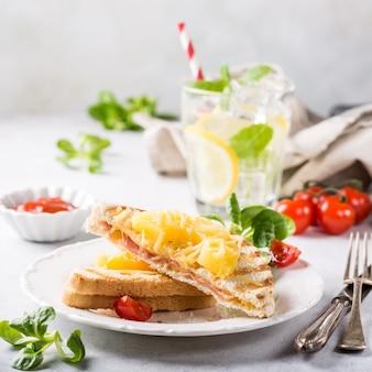 Sanduíche com abacaxi,
