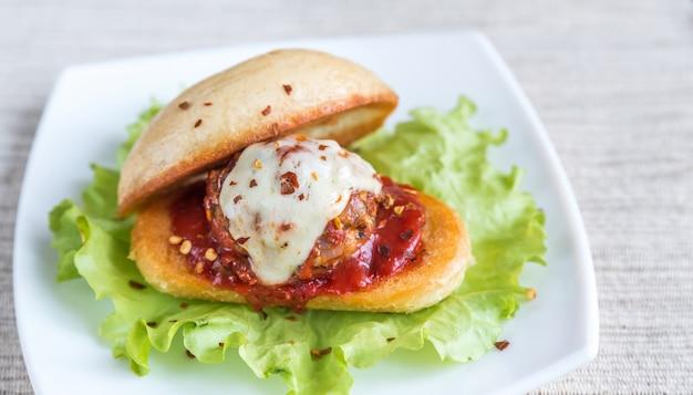 Sanduíche com almôndega em molho de tomate e mussarela