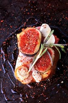 Sanduíche com bacon figos com mussarela e picante com alecrim