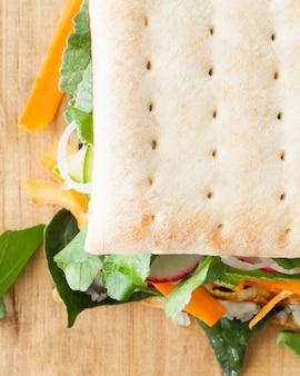 Sanduíche com biscoitos e legumes