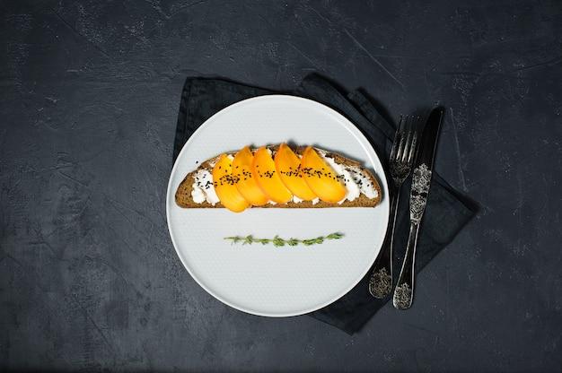 Sanduíche com caqui e queijo de pasta mole