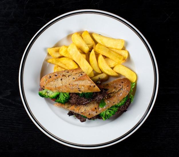 Sanduíche com carne, brócolis e batatas caseiras