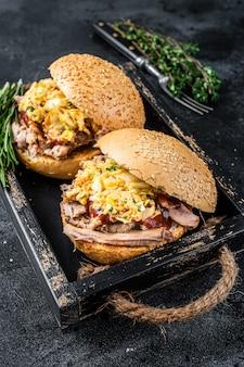 Sanduíche com carne de porco desfiada e salada de repolho