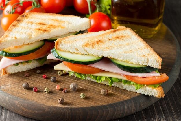Sanduíche com carne e legumes