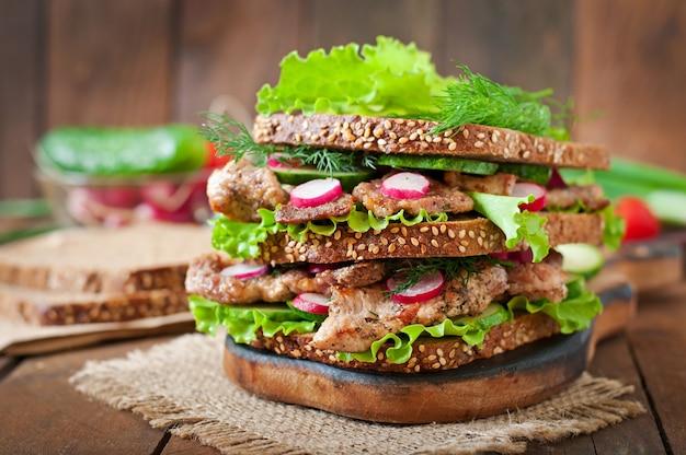 Sanduíche com carne, legumes e fatias de pão de centeio