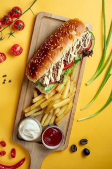Sanduíche com carne picada e batatas fritas