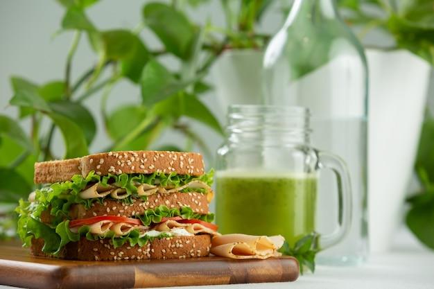 Sanduíche com conceito de dieta saudável de suco verde