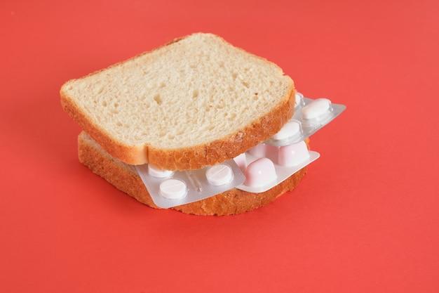 Sanduíche com embalagens de comprimidos em vez de recheio