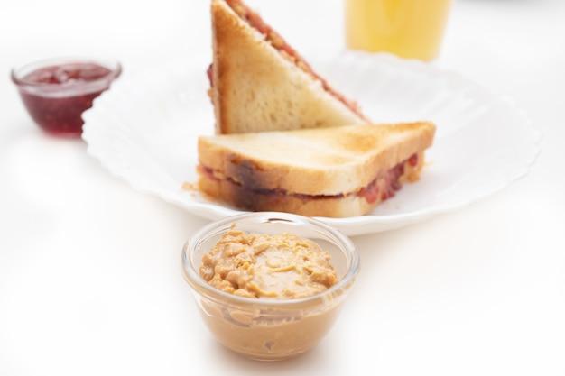 Sanduíche com geléia e manteiga de amendoim