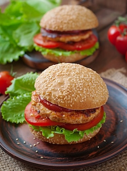 Sanduíche com hambúrguer de frango, tomate e alface