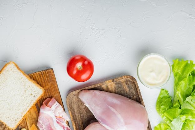Sanduíche com ingredientes frescos, em fundo branco com espaço de cópia para o texto