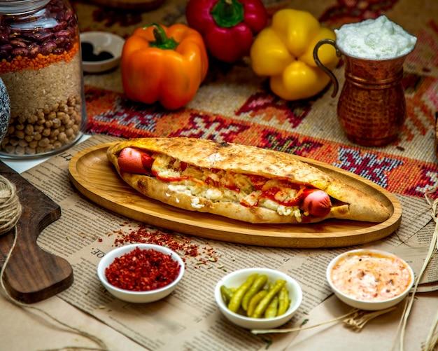 Sanduíche com lingüiça e queijo derretido