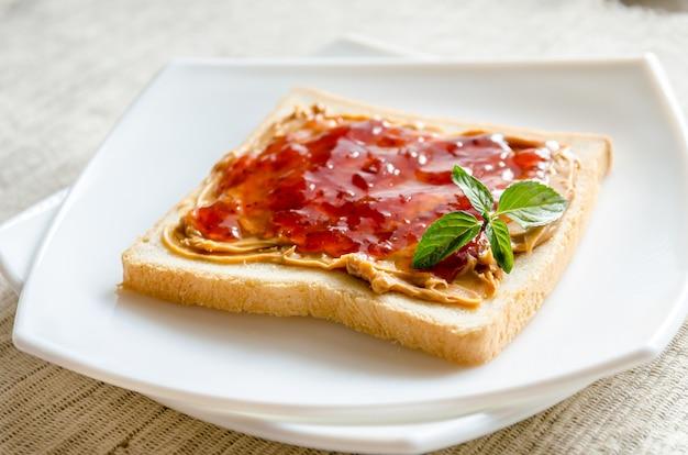 Sanduíche com manteiga de amendoim e geléia de morango
