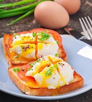 Sanduíche com ovo escalfado