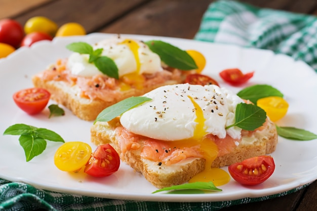 Sanduíche com ovos escalfados com salmão e cream cheese