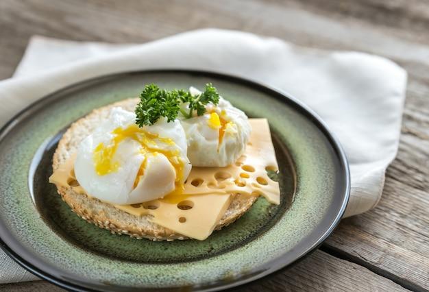 Sanduíche com ovos escalfados