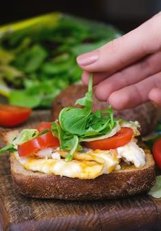 Sanduíche com pão escuro, ovos e tomates
