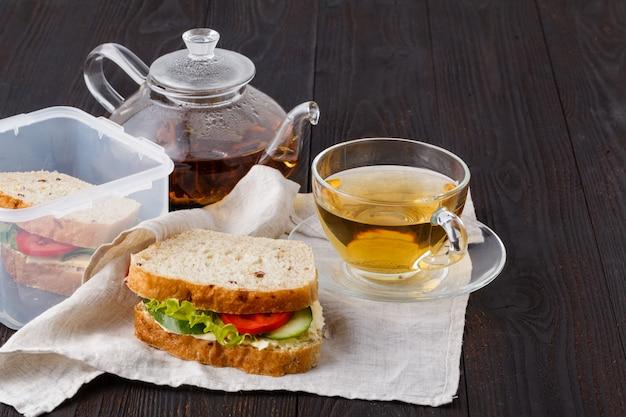 Sanduíche com pão fresco, com presunto italiano e tomate fresco, alface em uma lancheira