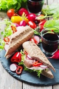 Sanduíche com pão integral e presunto