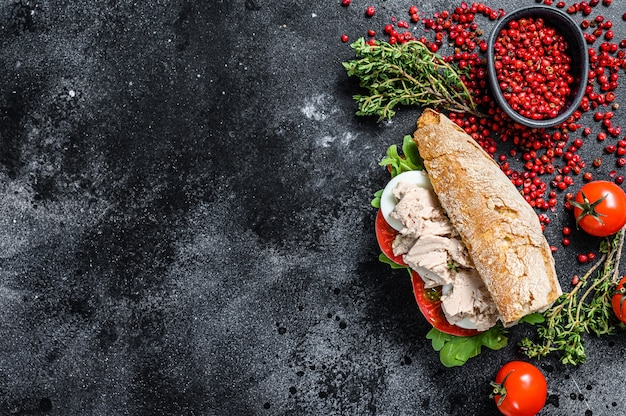 Sanduíche com patê de fígado de bacalhau, rúcula, tomate, ovo e ervas