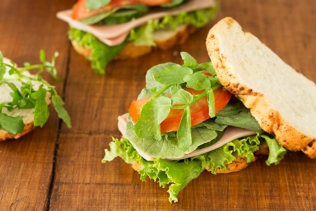 Sanduíche com pepino na mesa
