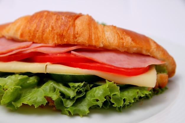 Sanduíche com presunto deixa queijo e tomate com pepino