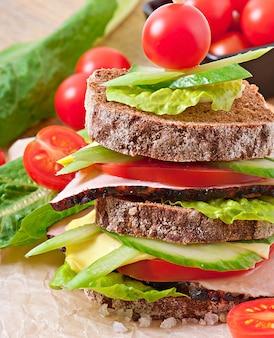 Sanduíche com presunto e legumes frescos