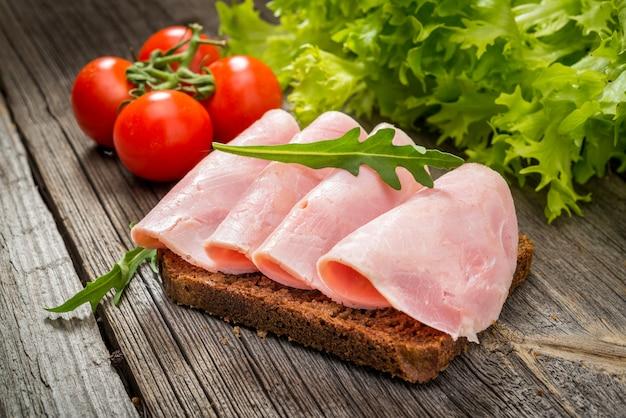 Sanduíche com presunto e legumes
