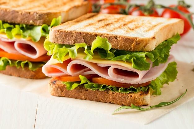 Sanduíche com presunto e queijo.