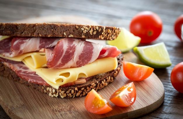 Sanduíche com presunto e queijo