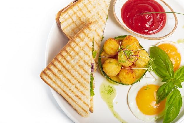 Sanduíche com presunto, queijo, tomate, alface e pão torrado. vista superior isolada no fundo branco.