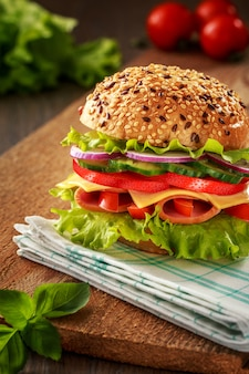 Sanduíche com presunto tomate e alface