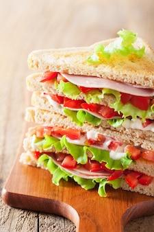 Sanduíche com presunto, tomate e alface