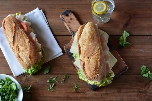 Sanduíche com queijo e presunto de peru, servido com alface e tomate