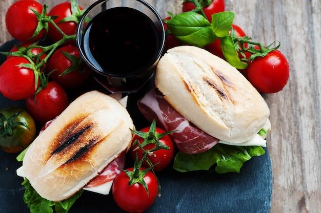 Sanduíche com queijo, presunto e legumes