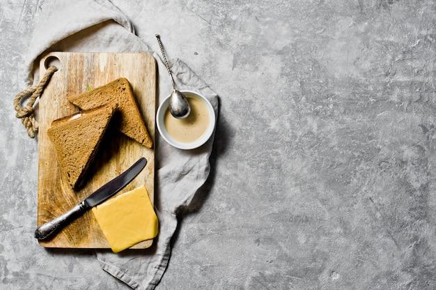 Sanduíche com queijo virar, pão preto, carne de peru.