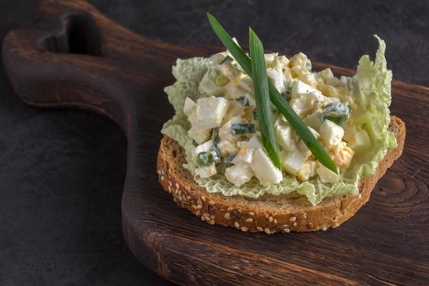 Sanduíche com salada de ovo no pão integral. fechar-se