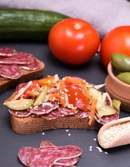 Sanduíche com salame de salsicha e legumes frescos