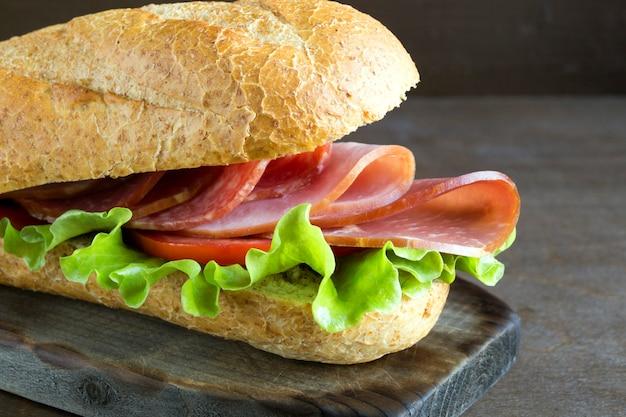 Sanduíche com salame, presunto e salada.