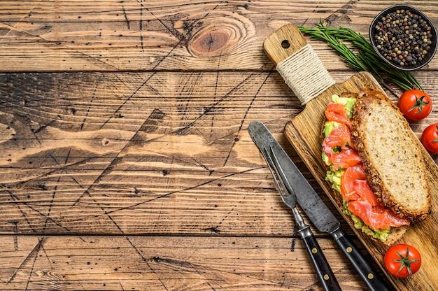 Sanduíche com salmão defumado, abacate e ovo.