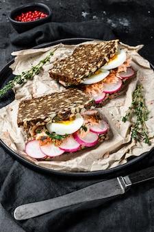 Sanduíche com salmão defumado quente e pão integral.