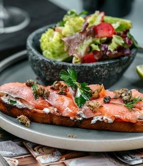 Sanduíche com salmão e legumes