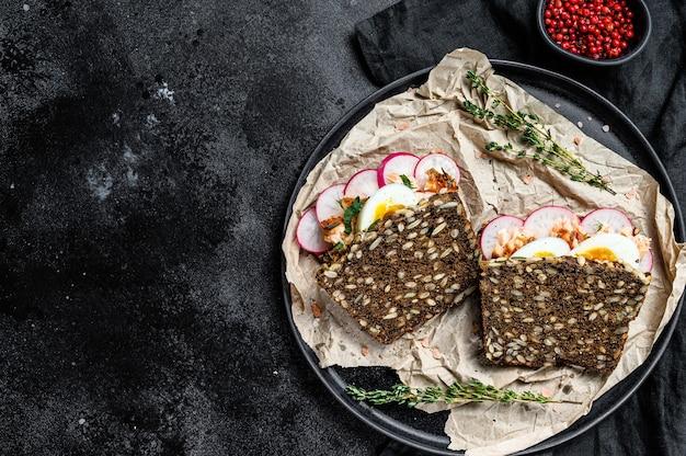 Sanduíche com salmão fumado quente e pão integral. truta