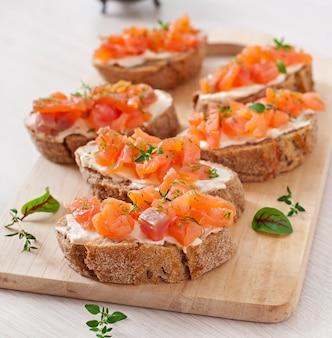 Sanduíche com salmão salgado e cream cheese.