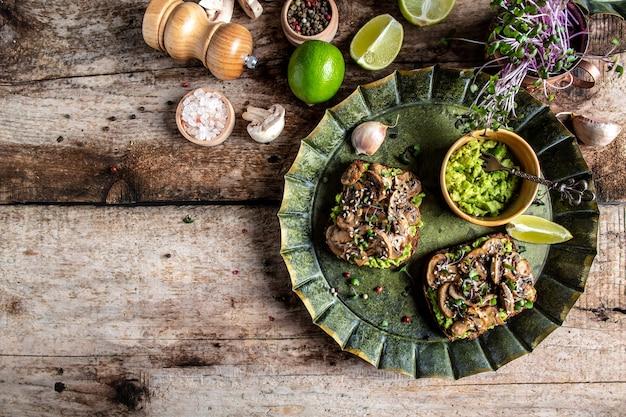Sanduíche com torrada de abacate com cogumelos e microgreen