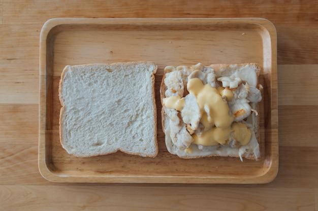 Sanduíche conjunto de frango e queijo.