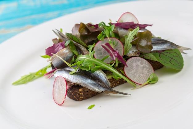 Sanduíche da estônia com anchovas
