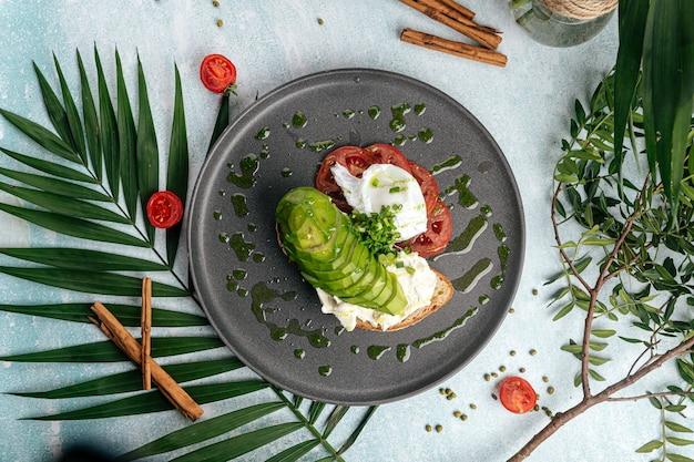 Sanduíche de abacate com tomate e ovo escalfado